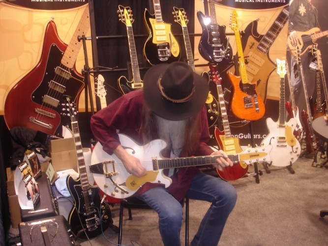 Dan Grigor checks out Hanson Guitars at Winter NAMM 2010